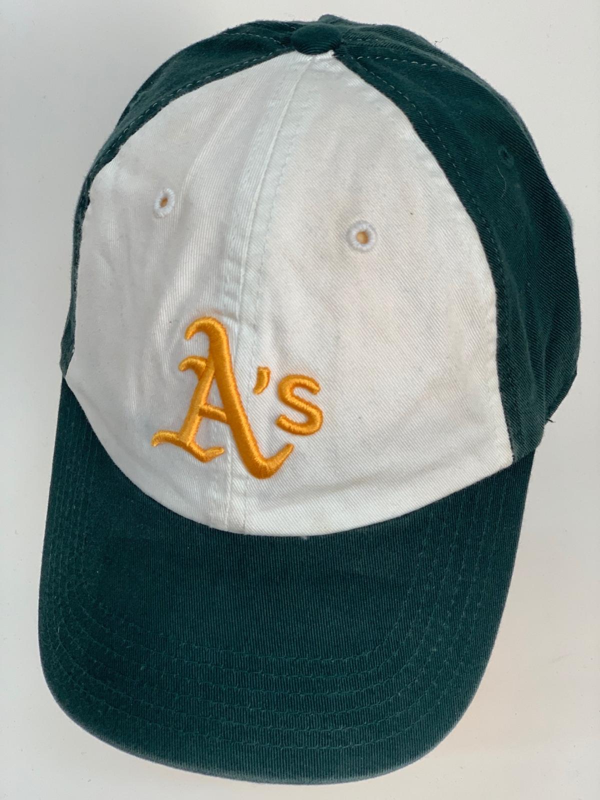 """Бейсболка изумрудного цвета с белой тульей и вышивкой """"A"""