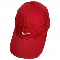 Бейсболка красного цвета с небольшой белой вышивкой