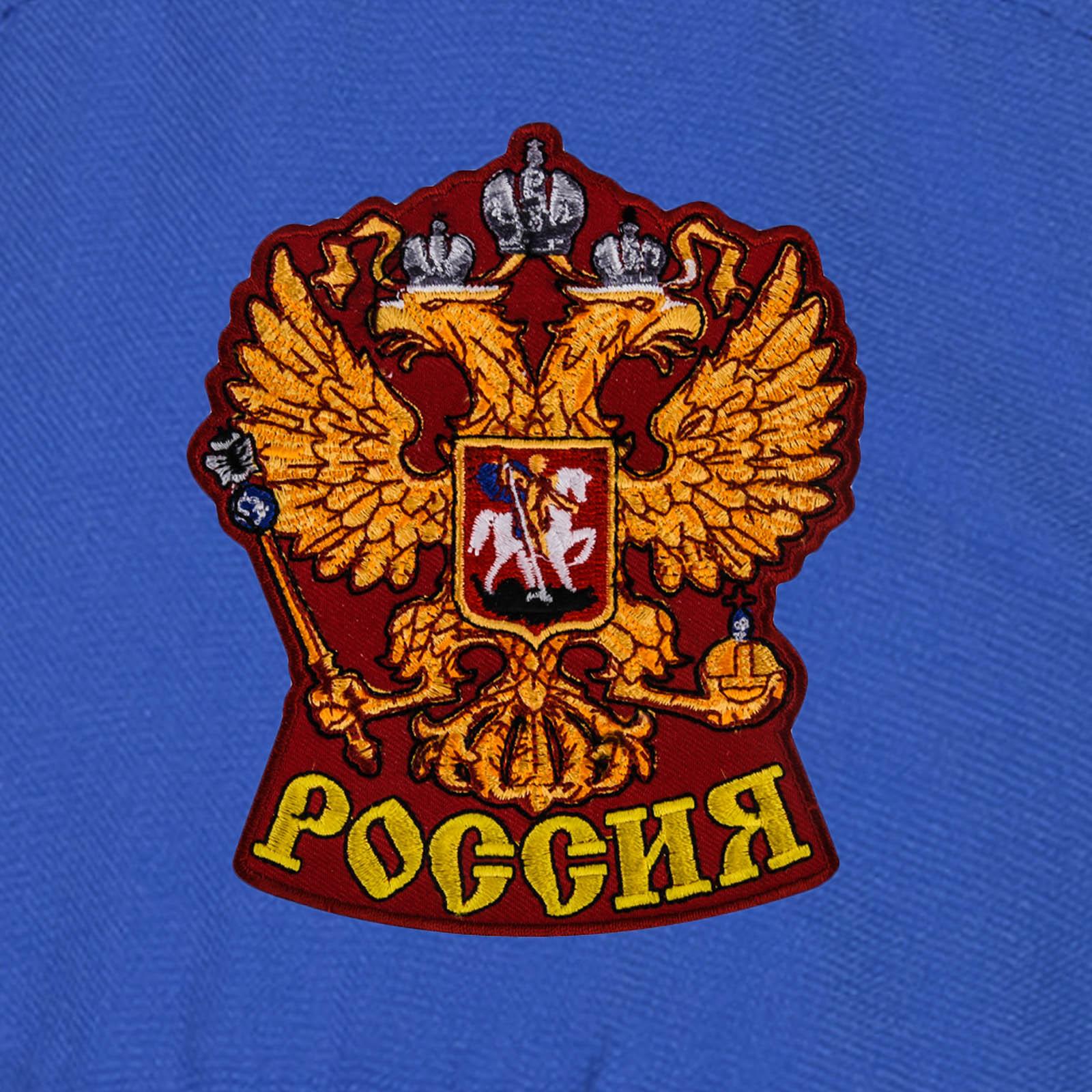 Бейсболка патриота с вышитой гербовой фигурой орла.