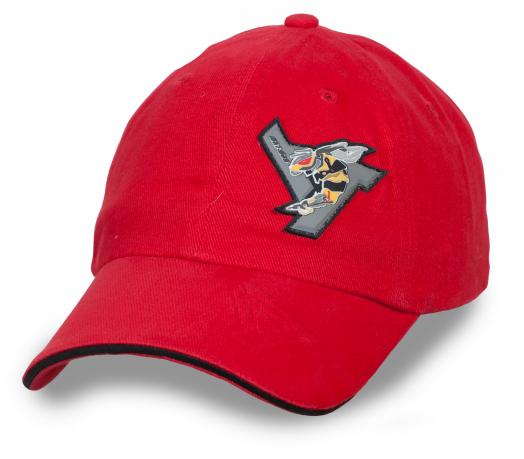Красная однотонная бейсболка с мини логотипом.