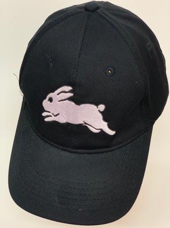Бейсболка с вышитым бегущим кроликом черного цвета
