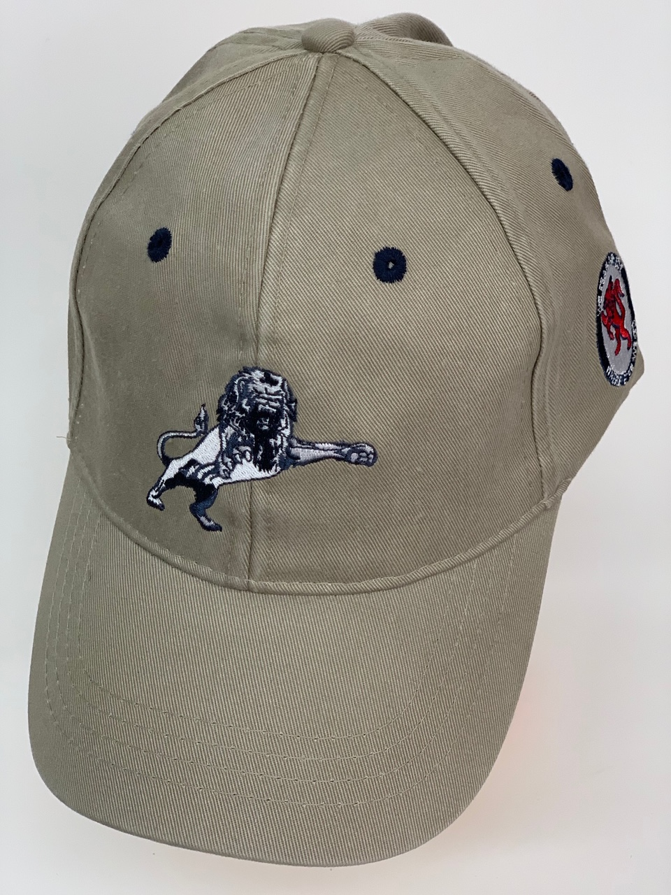 Бейсболка серого цвета с вышитым львом