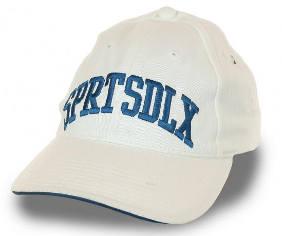 Белая спортивная бейсболка с вышивкой SprtsDLX – брендовый малопачкающийся материал, фасон унисекс, плотный козырек