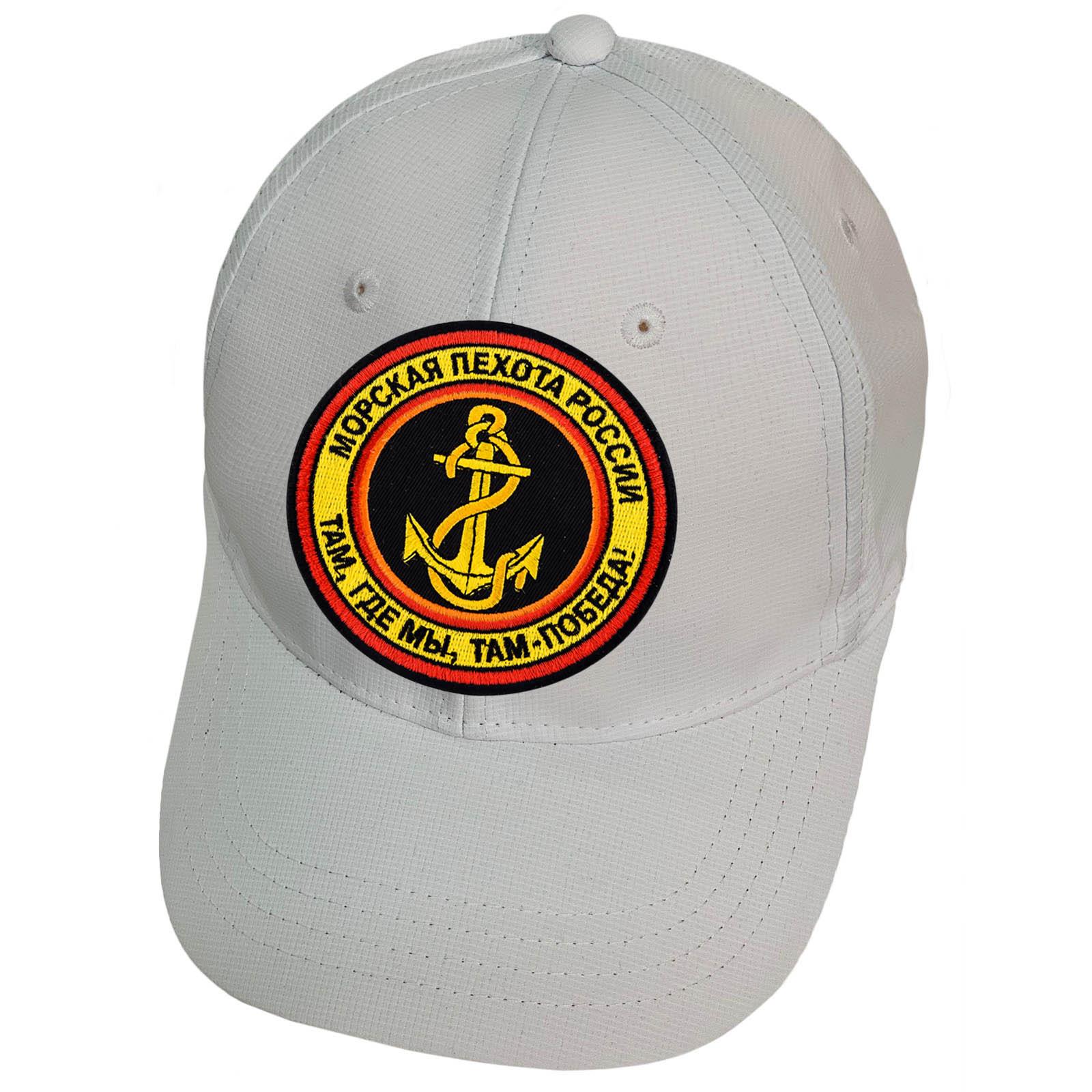 Белая бейсболка с нашивкой эмблемы морской пехоты