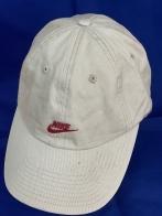 Белая бейсболка с небольшой красной вышивкой