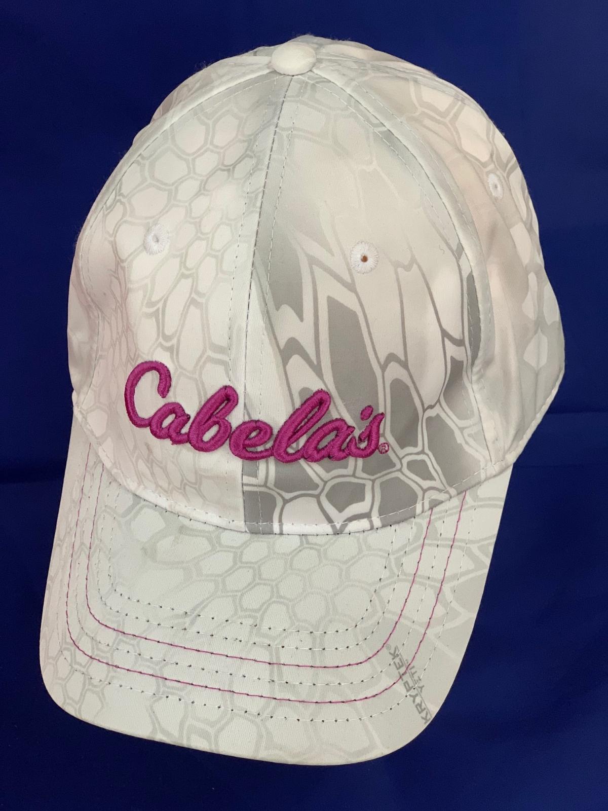 Белая камуфляжная бейсболка с розовой вышивкой