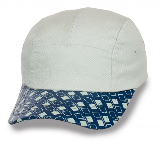 Белая кепка-пятипанелька.