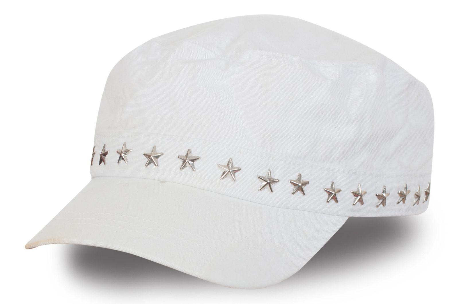 Белая кепка с металлическими звездочками