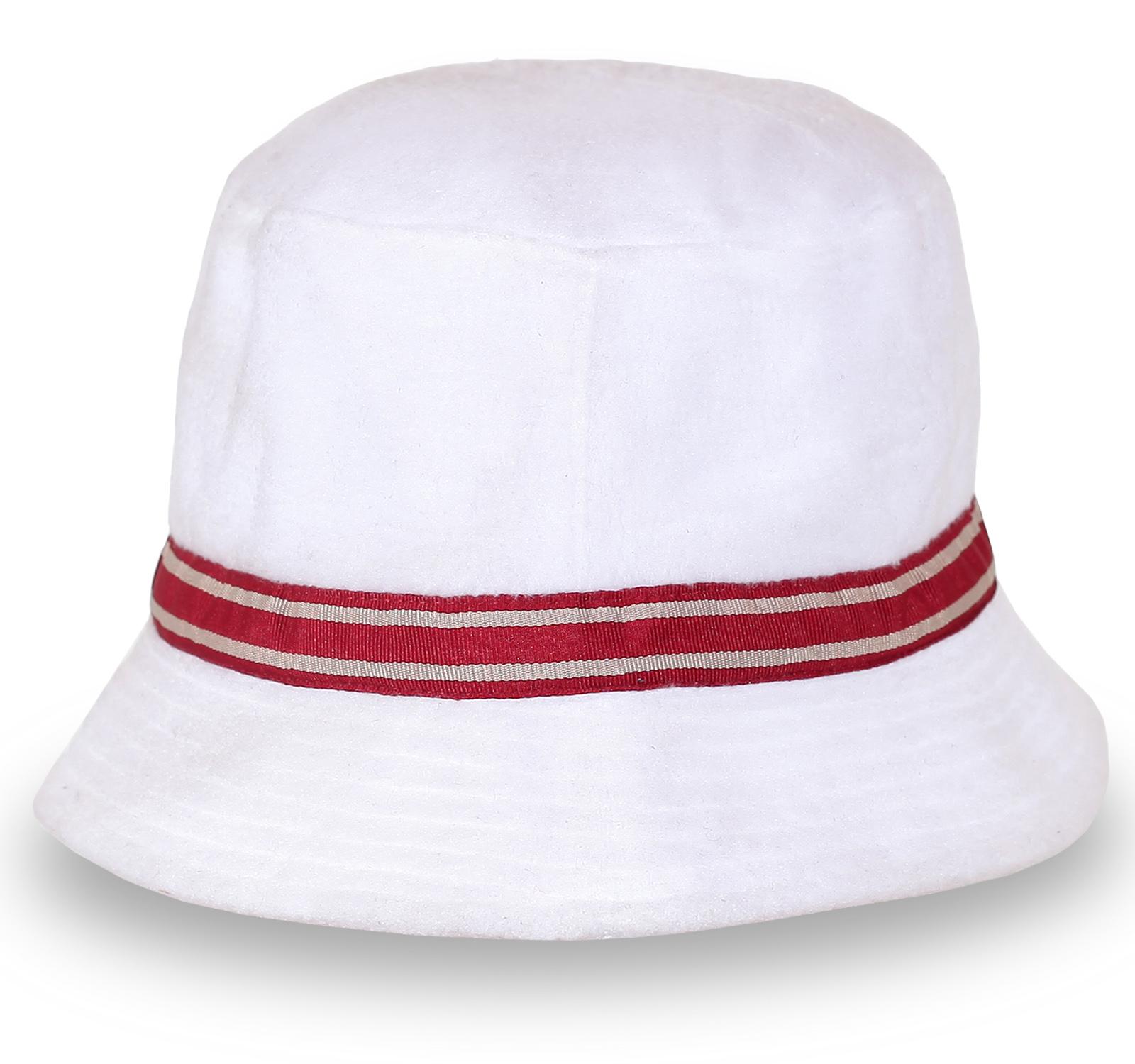 Белая панама с красной полоской