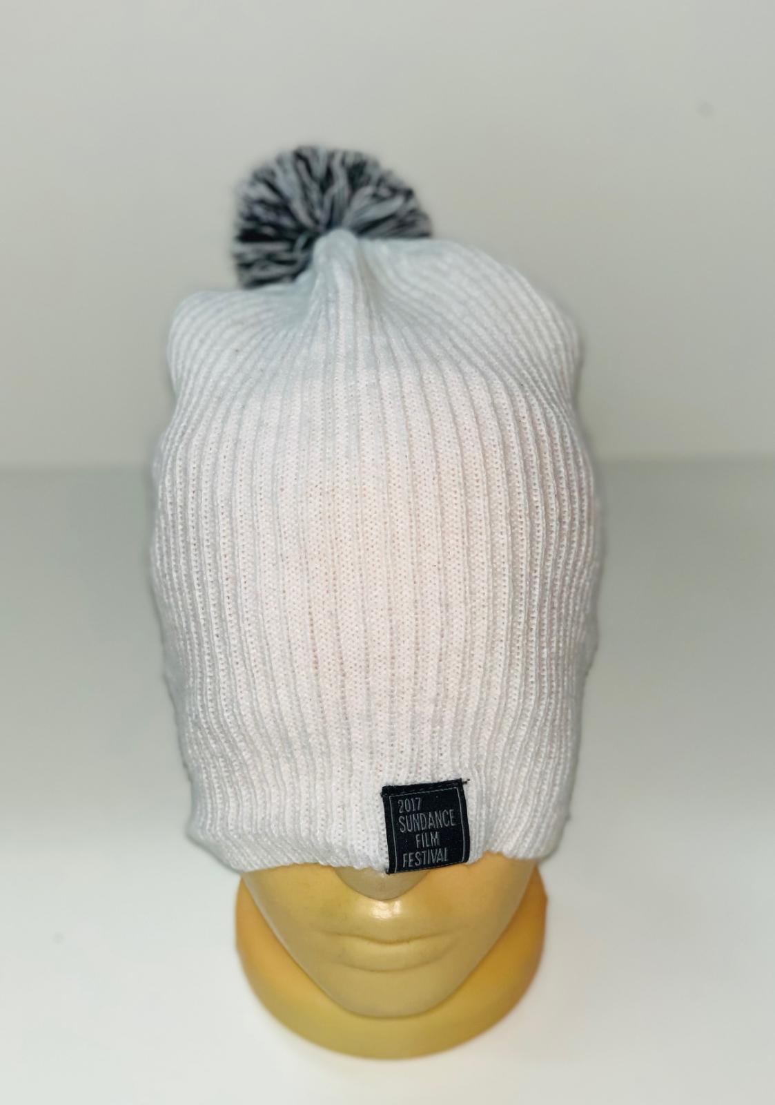 Белая шапка с черно-белым помпоном