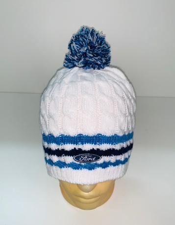 Белая шапка с синими полосками и помпоном