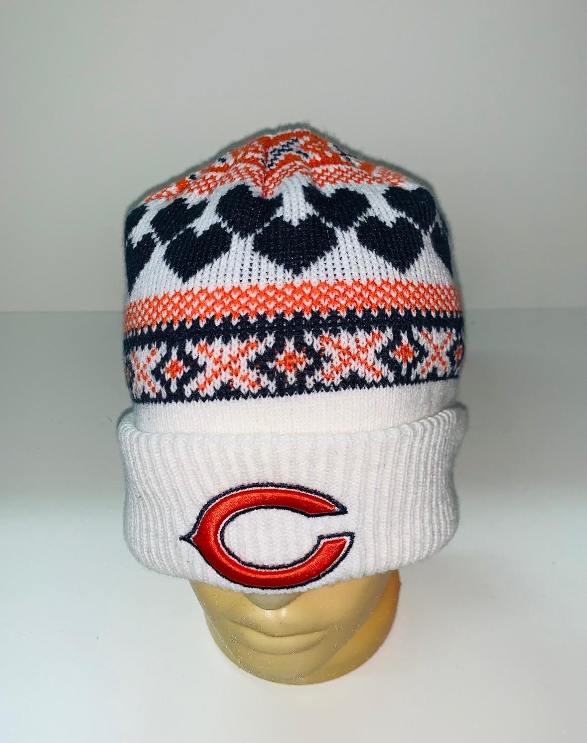 Белая шапка с цветным узором