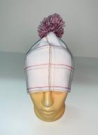 Белая шапка в клетку с помпоном