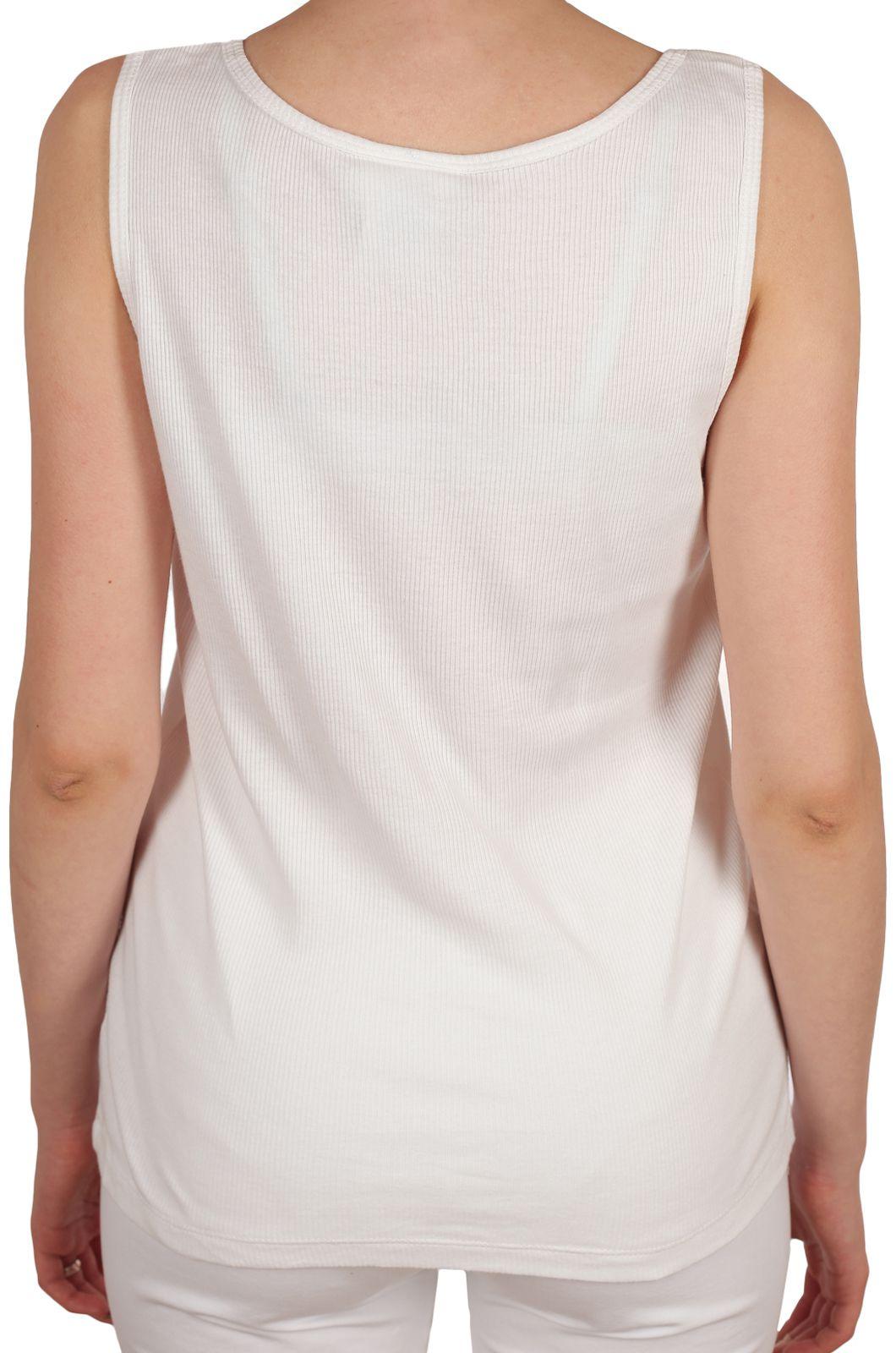 Белая женская маечка - вид сзади