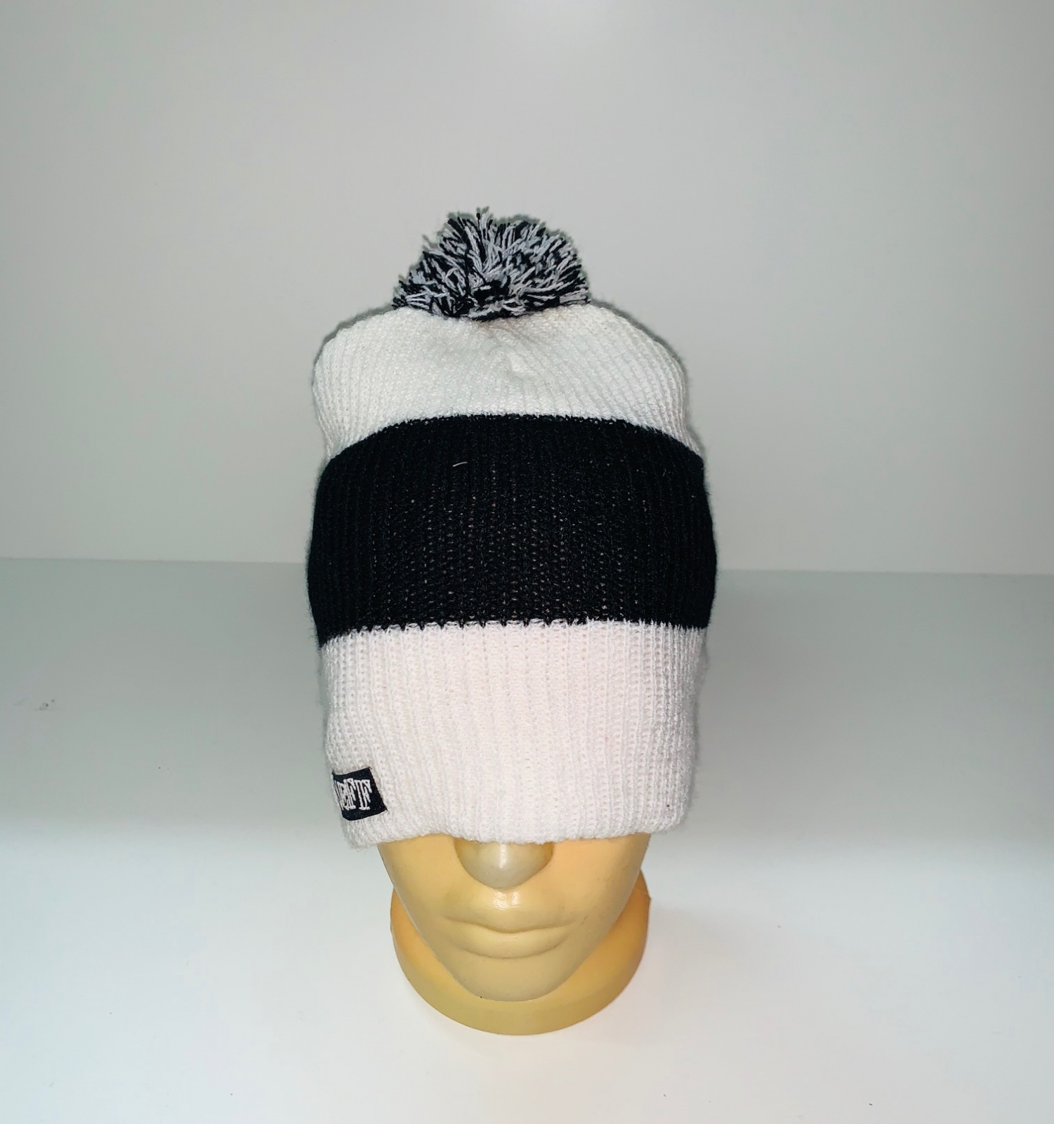 Бело-черная шапка с помпоном