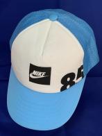 Бело-голубая кепка с сеткой на затылке