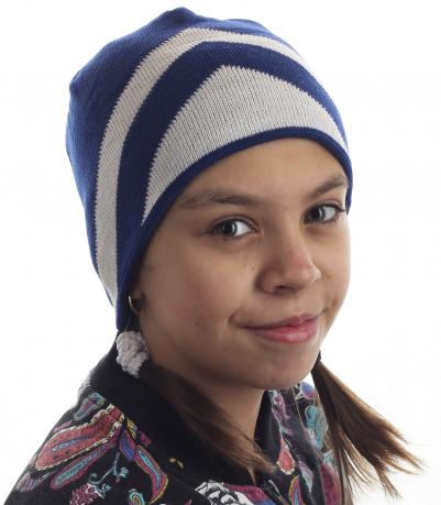 Бело-синяя детская шапка для юных модниц. Теплая и правильная модель, которая понравится и родителям