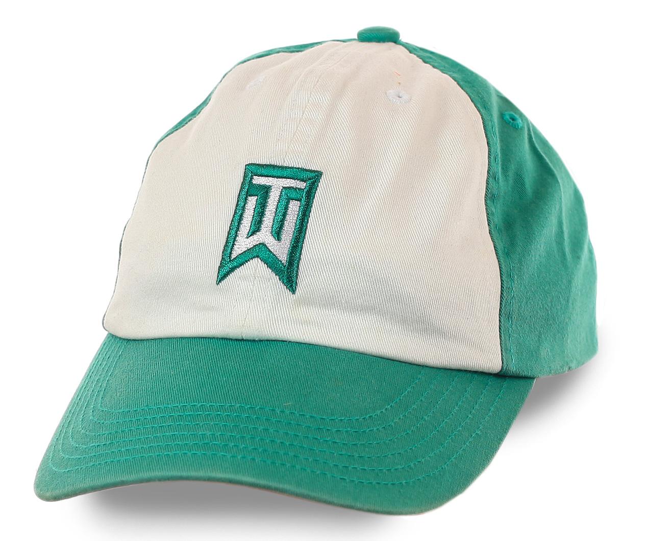 Бело-зеленая бейсболка с вышивкой