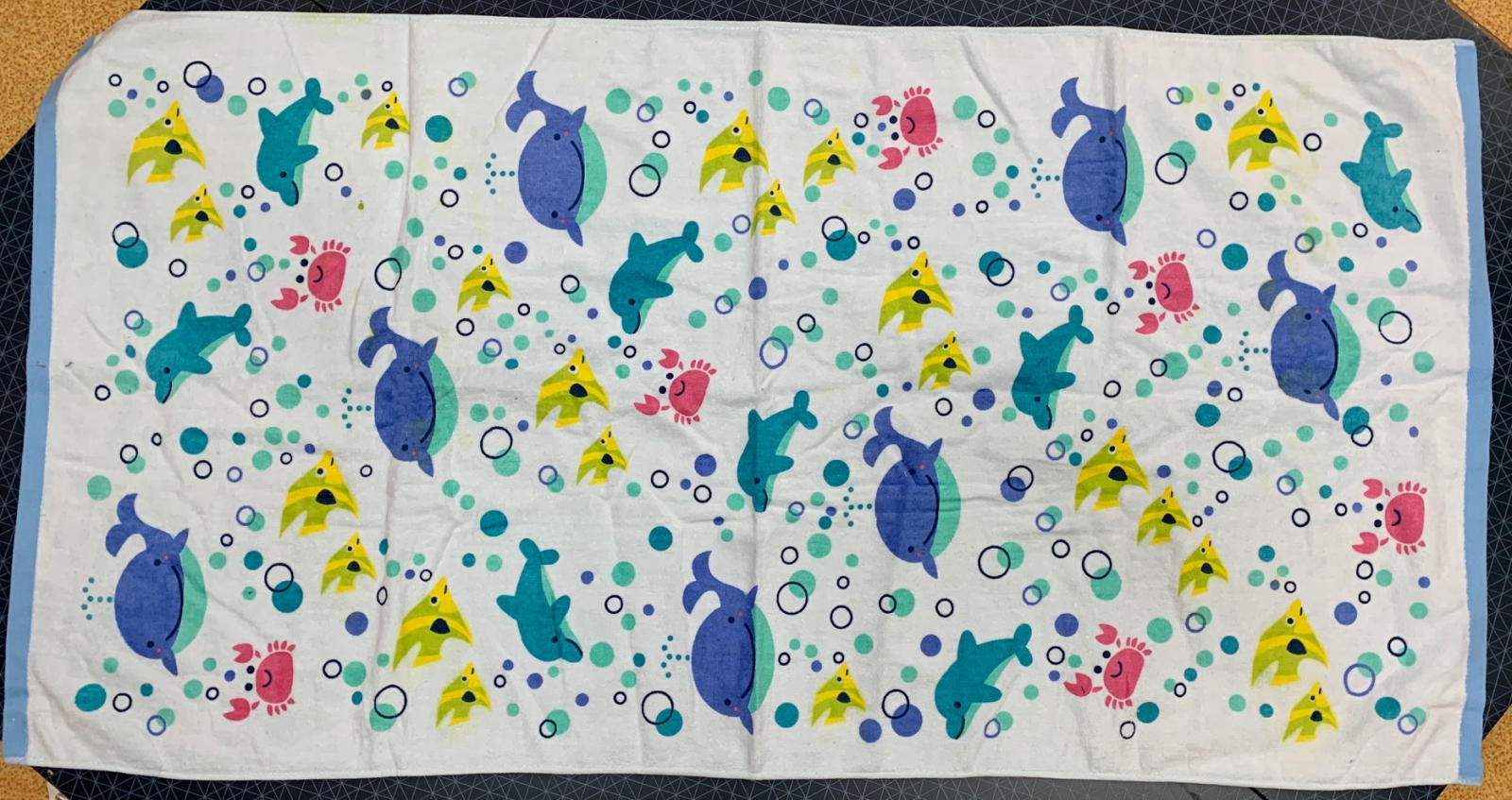 Белое полотенце с китами и дельфинами
