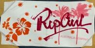 Белое полотенце с крутыми красно-розовыми рисунками