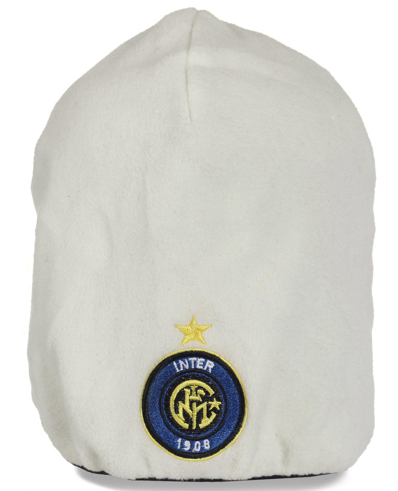 Белоснежная удлиненная флисовая мужская шапка с эффектной эмблемой. Стильная и комфортная модель. Спеши купить!