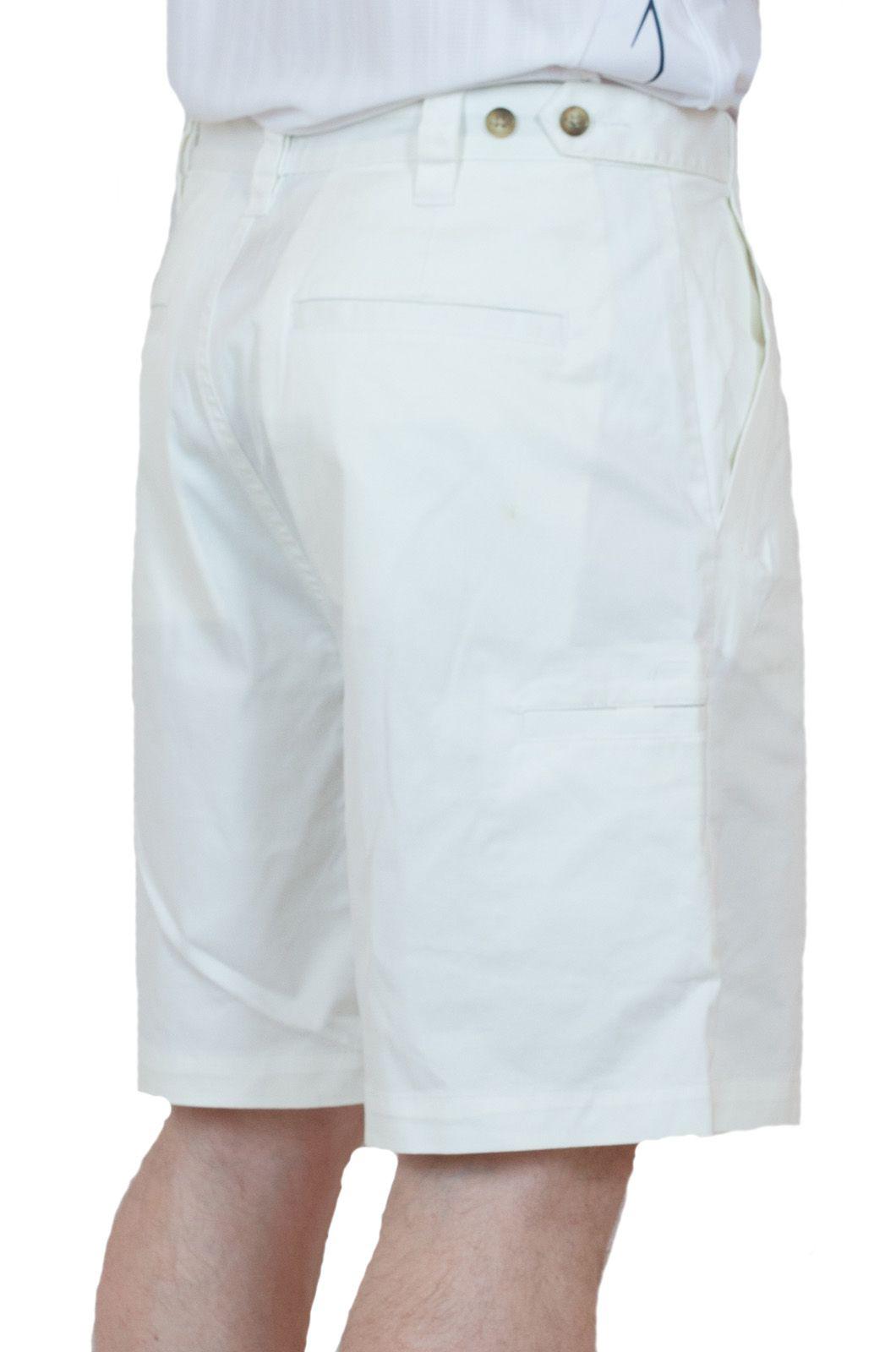 Белые мужские шорты для летнего отпуска - вид сзади
