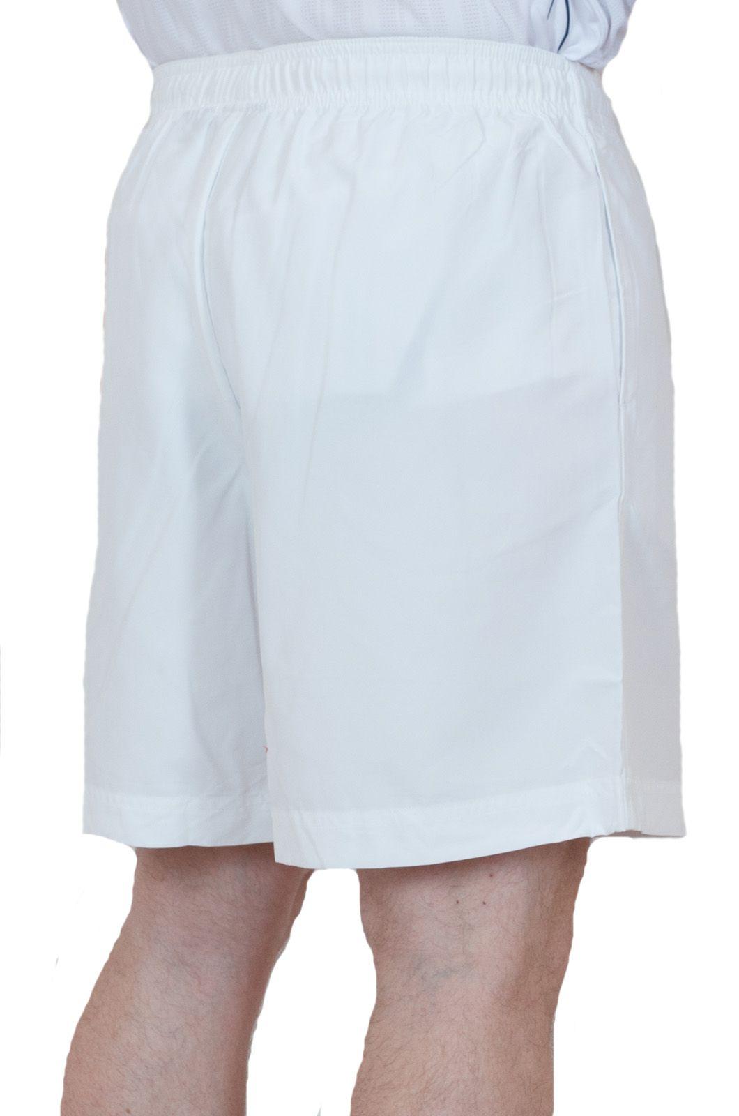 Белые шорты для стильных мужчин - вид сзади