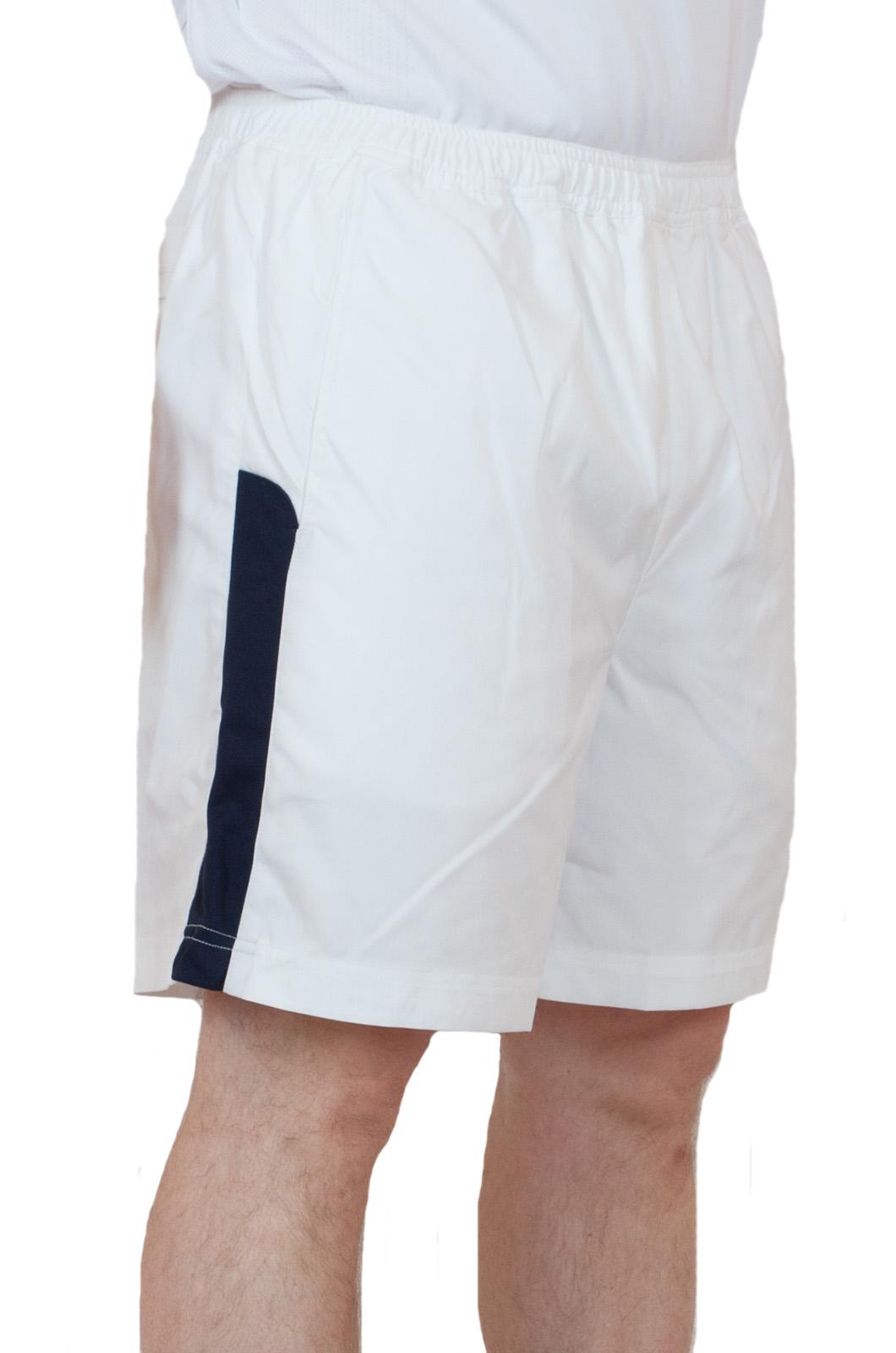 Белые теннисные шорты - вид сбоку