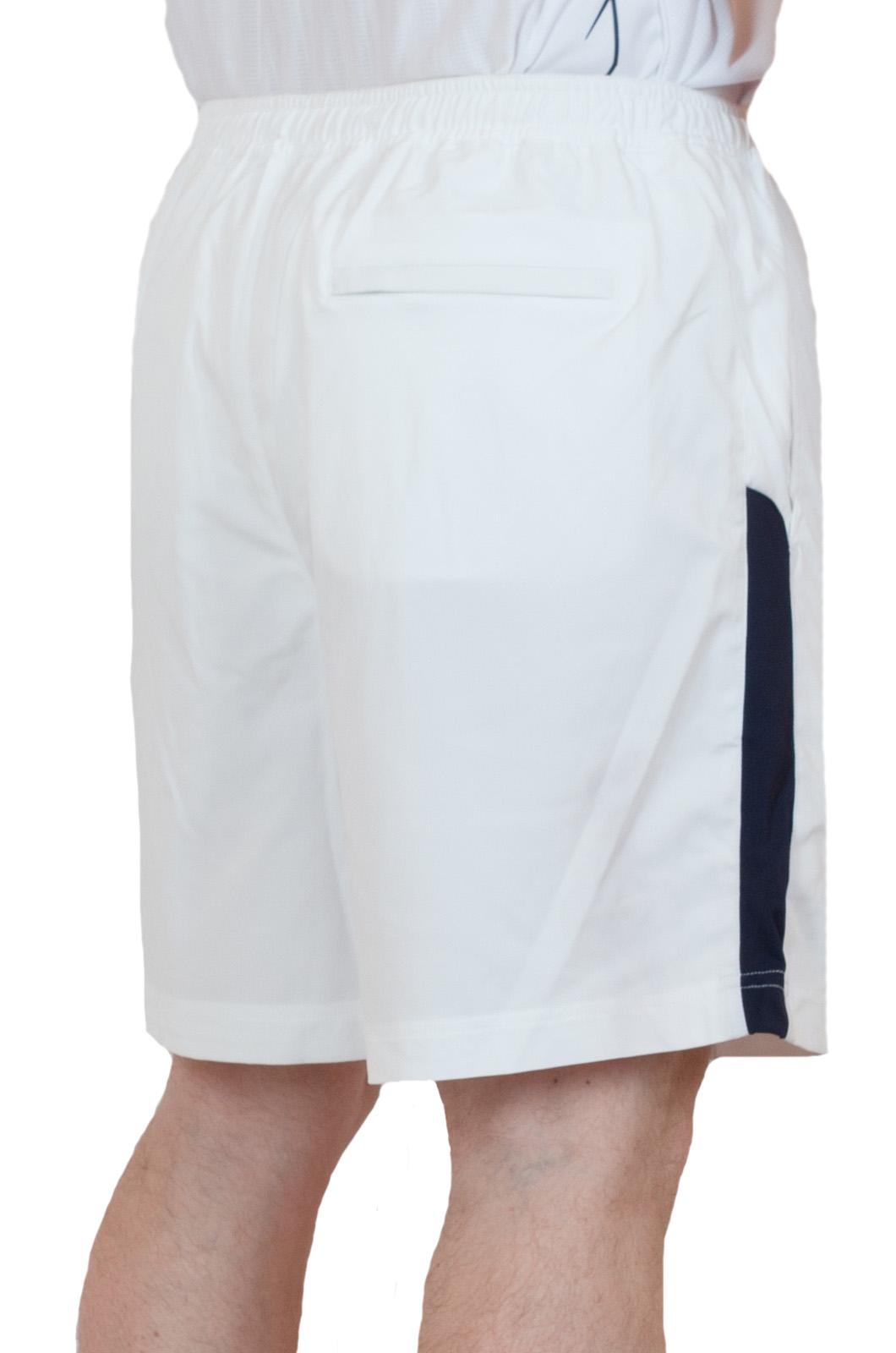 Белые теннисные шорты - вид сзади