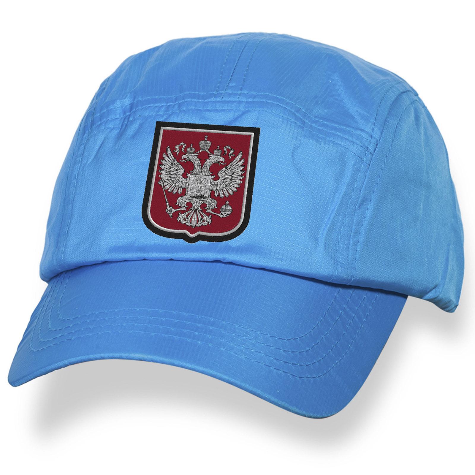Бейсболка с государственным гербом России.
