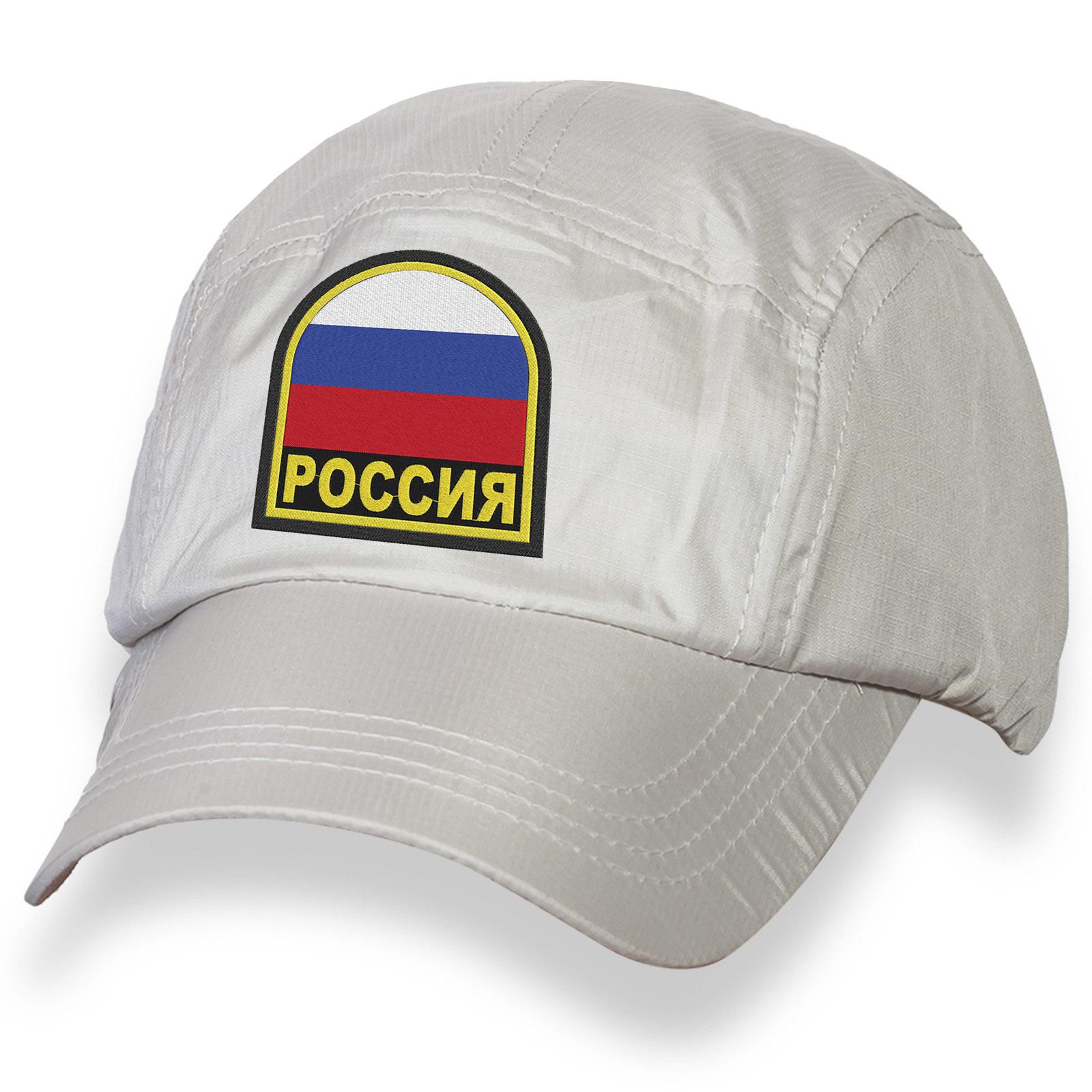 Летняя белая бейсболка с шевроном России.