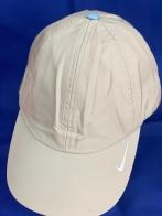 Бежевая бейсболка с небольшой белой вышивкой