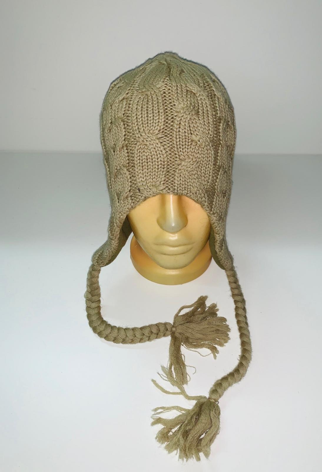 Бежевая шапка с косами
