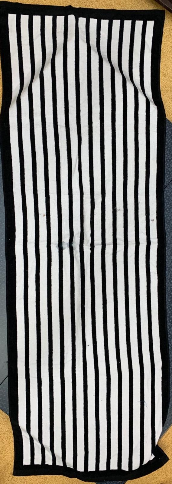 Большое черное полотенце в белую полоску