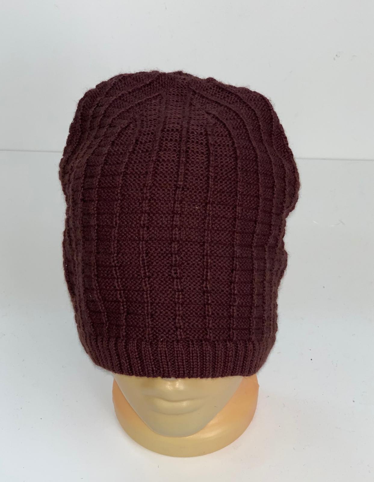 Бордовая вязаная шапка