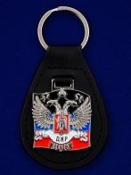 Эффектный кожаный брелок с жетоном ДНР. Удобный размер, надежное кольцо, отличное качество исполнения. Успей забрать за 100 рэ!