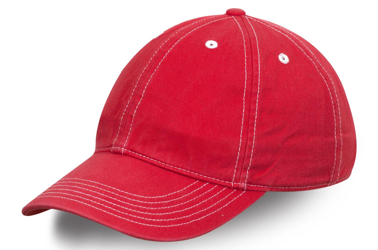 Брендовая бейсболка красного цвета