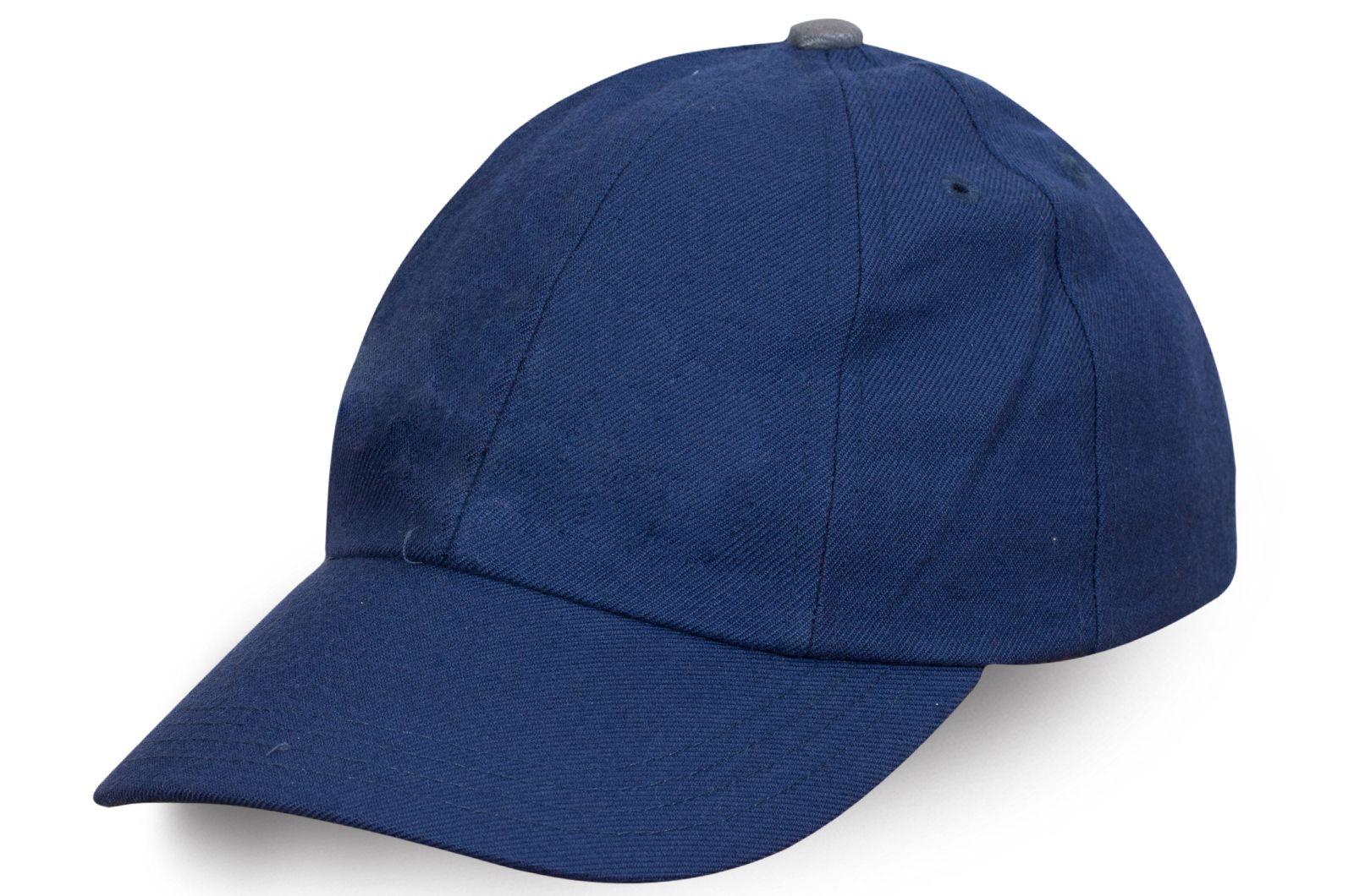 Брендовая бейсболка синего цвета