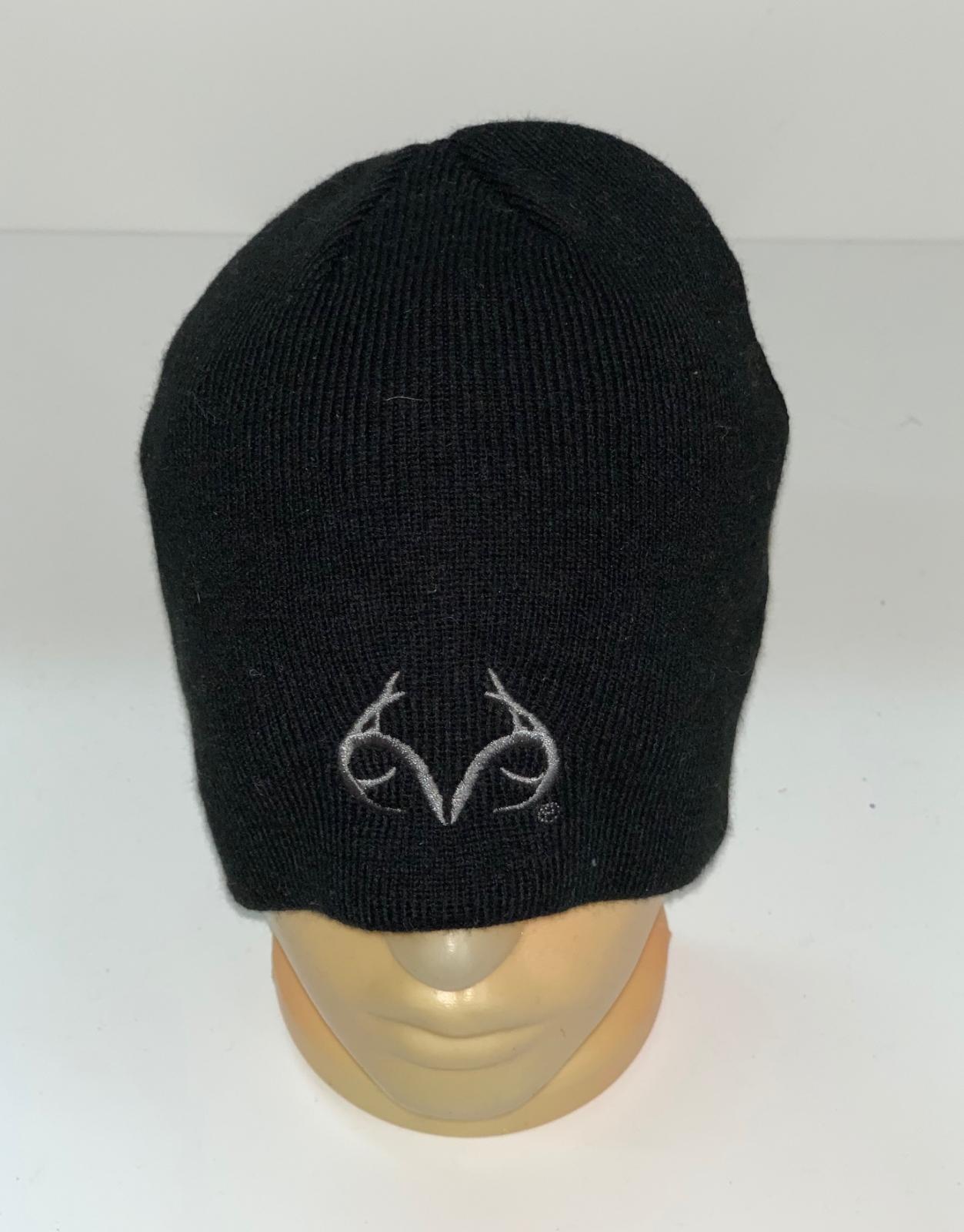 Брендовая черная шапка