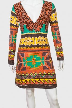 Броское платье с орнаментом.