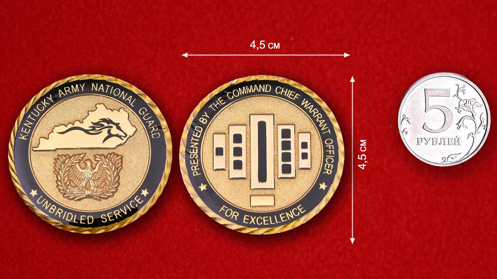 """Челлендж коин """"За отличную службу"""" Национальной гвардии Кентукки - сравнительный размер"""