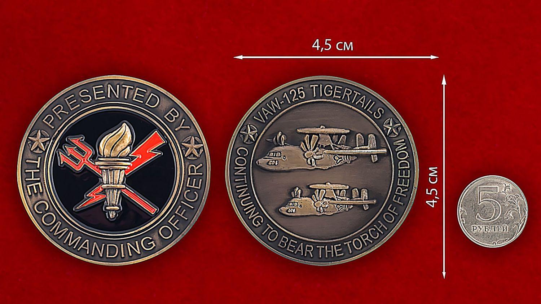Челлендж коин 125-й эскадрильи радиолокационной разведки - сравнительный размер