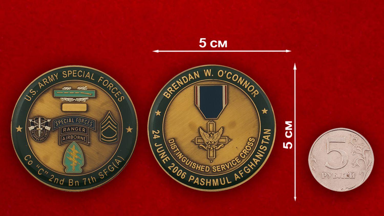Челлендж коин 2-го батальона 7-й Воздушно-десантной группы Сил специального назначения Армии США - сравнительный размер