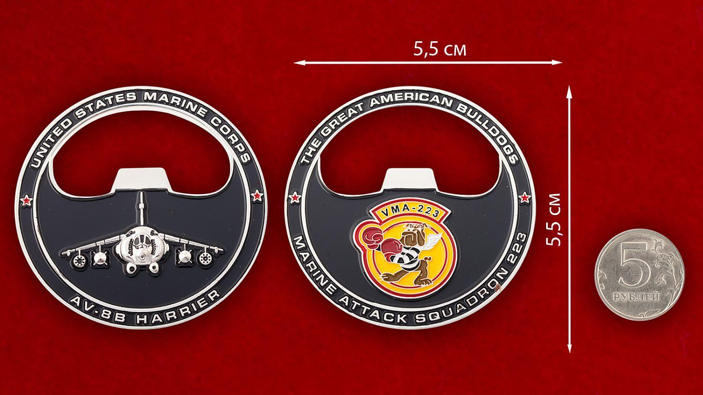 """Челлендж коин """"223-я эскадрилья поддержки с воздуха Корпуса Морской пехоты США"""" - сравнительный размер"""