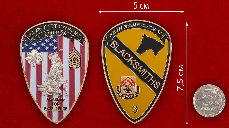 Челлендж коин 3-го батальона 215-й бригадной тактической группы 1-й Кавалерийской дивизии Армии США - сравнительный размер