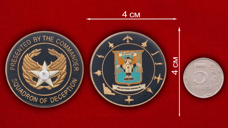 Челлендж коин 30-й эскадрильи радиоэлектронной борьбы - сравнительный размер