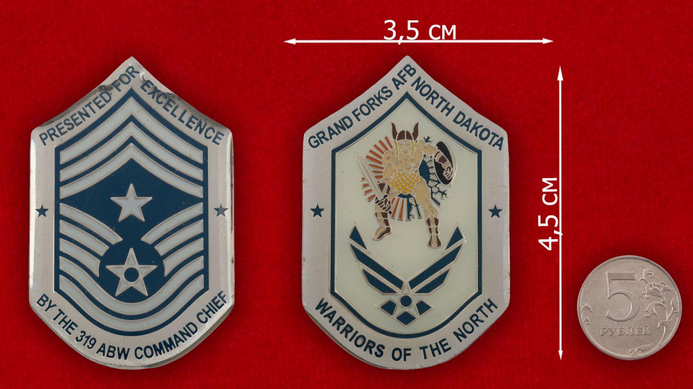 Челлендж коин 319-го авиакрыла дозаправщиков базы Гранд-Фокс ВВС США - сравнительный размер