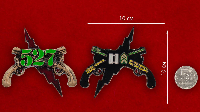 Челлендж коин 527-й роты Военной полиции Армии США - сравнительный размер