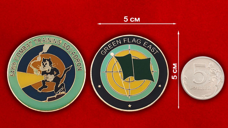 Челлендж коин 548-й учебно-боевой эскадрильи ВВС США - сравнительный размер