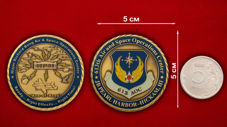 Челлендж коин 613-го Ценра Воздушно-космических операций авиабазы Хикэм, Перл-Харбор - сравнительный размер